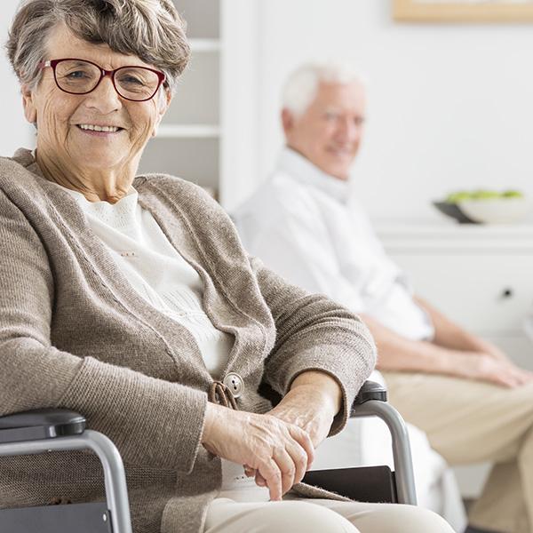 lächelnde Dame im Rollstuhl